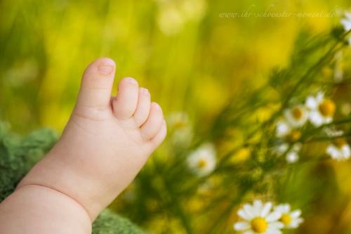 Babyfüße in der Natur
